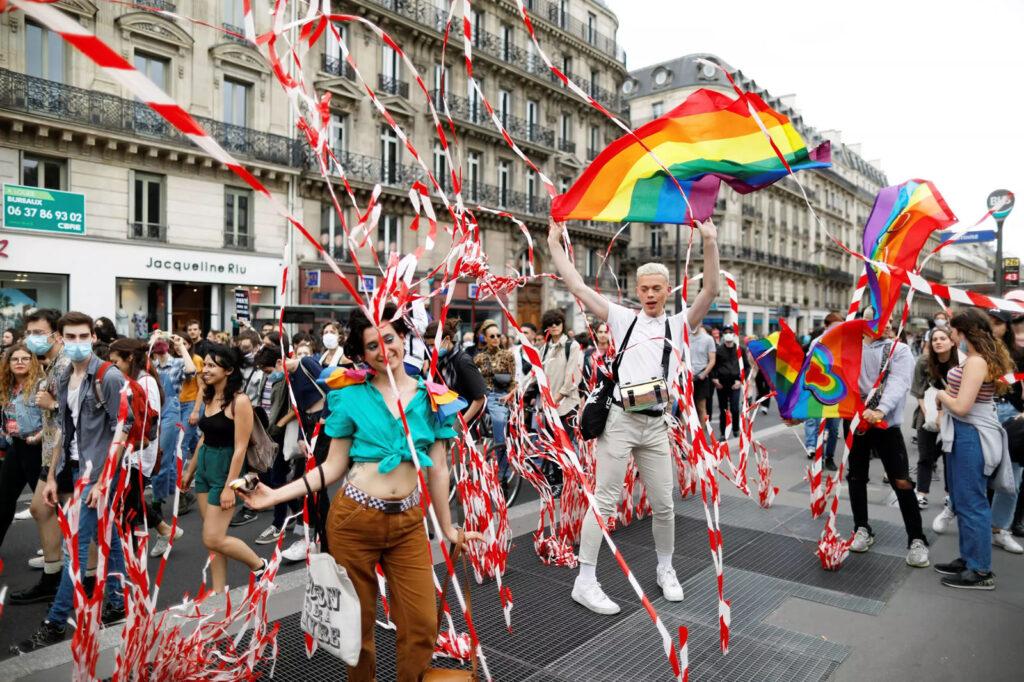Milhares de pessoas participaram da Parada do Orgulho LGBTQIA+ no sábado, 4 de julho de 2020, em Paris, apesar da obrigação de distanciamento social. (Foto: REUTERS/CHARLES PLATIAU)