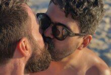 Foto do beijo entre Rafael Lugão e Allan Caetano Ramos que foi censurada pelo Instagram. (Foto: Reprodução/Twitter)