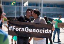 Michel Platini e o companheiro Rafael Lira durante manifestação contra Bolsonaro e pela Amazônia. (Foto: Hugo Barreto/Reprodução/Metrópoles)