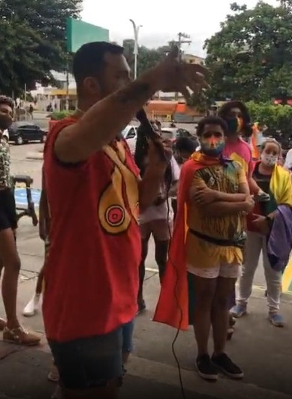 Dezenas de pessoas participam de manifestação em frente a supermercado que jovem foi barrado por usar short curto. (Foto: Reprodução / Redes Sociais)