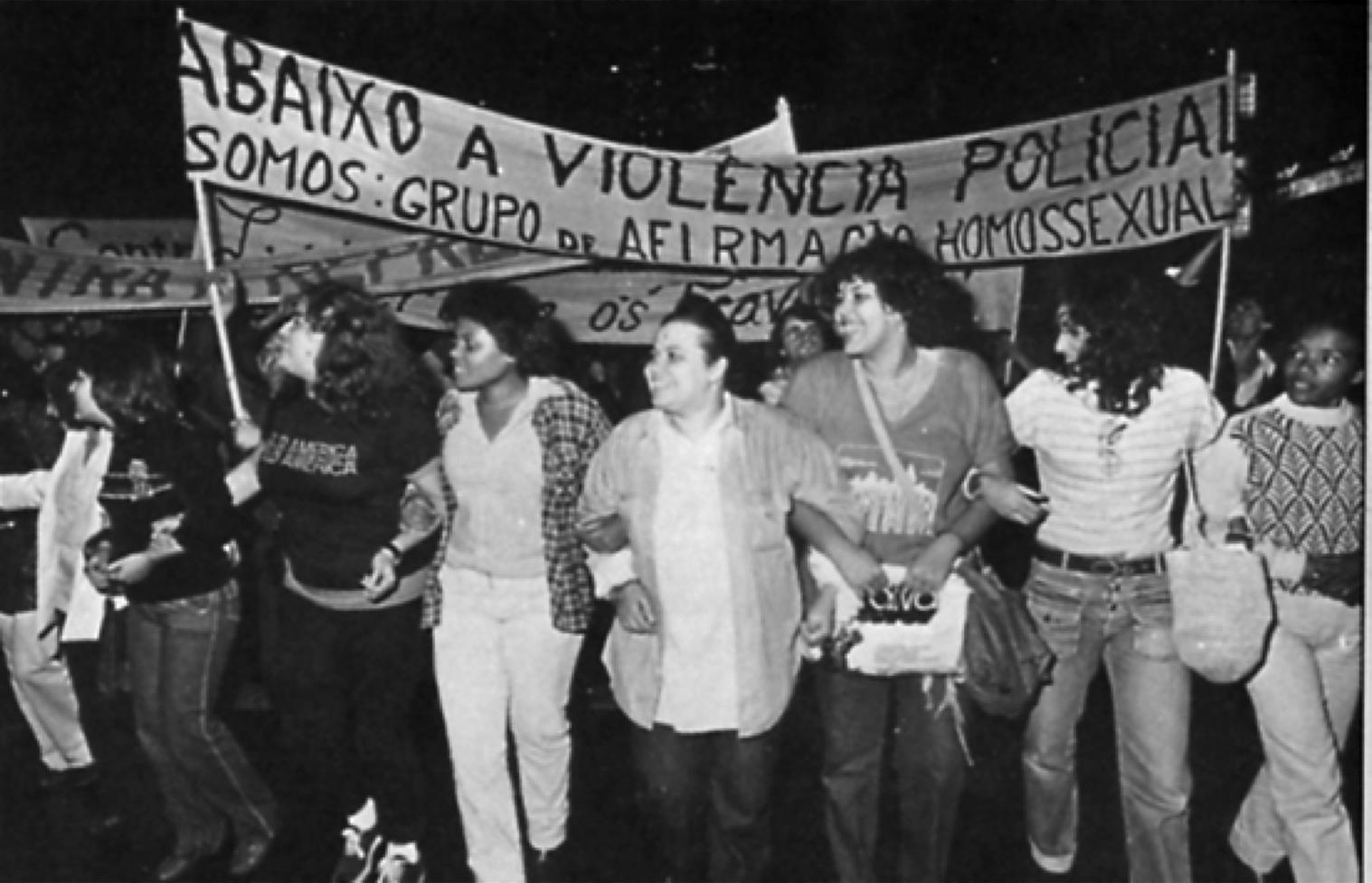 O Ato do Somos - Grupo de Afirmação Homossexual, em abril de 1980 nas ruas de São Paulo contra a violência à comunidade LGBTQIA+. (Foto: Somos / Divulgação)