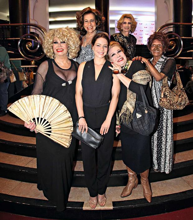 Leandra Leal com as estrelas de seu primeiro documentário, Divinas Divas: Jane Di Castro, Divina Valéria, Rogéria, Camille K e Fujika de Halliday. (Foto: Reprodução/Instagram)