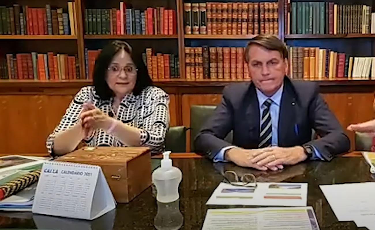 A ministra Damares Alves e o o presidente Jair Bolsonaro durante live. (Foto: Reprodução/Facebook)