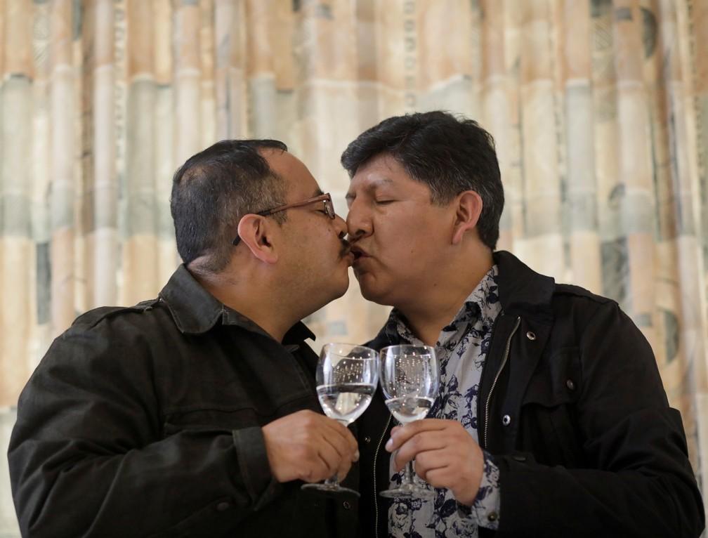 Os bolivianos Guido Montano e David Aruquipa tiveram sua união reconhecida depois de um longo processo judicial. (Foto: David Mercado/Reuters)