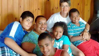 Luciana (à esquerda) com Lídia e os três filhos do casal. (Foto: Reprodução/Facebook)