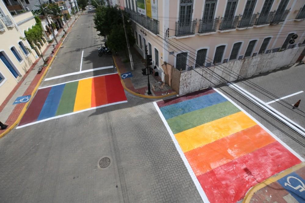 Faixas de pedestre no cruzamento da Avenida Dom José com Rua Deolindo Barreto, no Centro de Sobral, foram pintadas com as cores do arco-íris, símbolo da causa LGBTQIA+. (Foto: Prefeitura de Sobral/ Divulgação)
