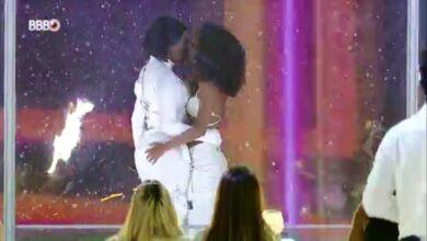 Ludmilla beija Brunna Gonçalves em show do BBB21. (Foto: Reprodução)