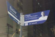 Placa em homenagem ao humorista Paulo Gustavo, que está sendo instalada em Icaraí. (Foto: Divulgação/Prefeitura de Niterói)