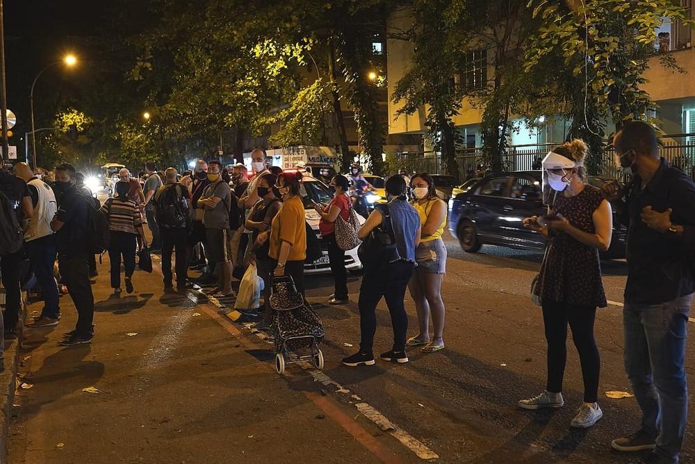 Movimentação em frente ao Hospital Copa Star, onde está internado Paulo Gustavo, nesta terça-feira, 4. (Foto: Marcos Serra Lima)