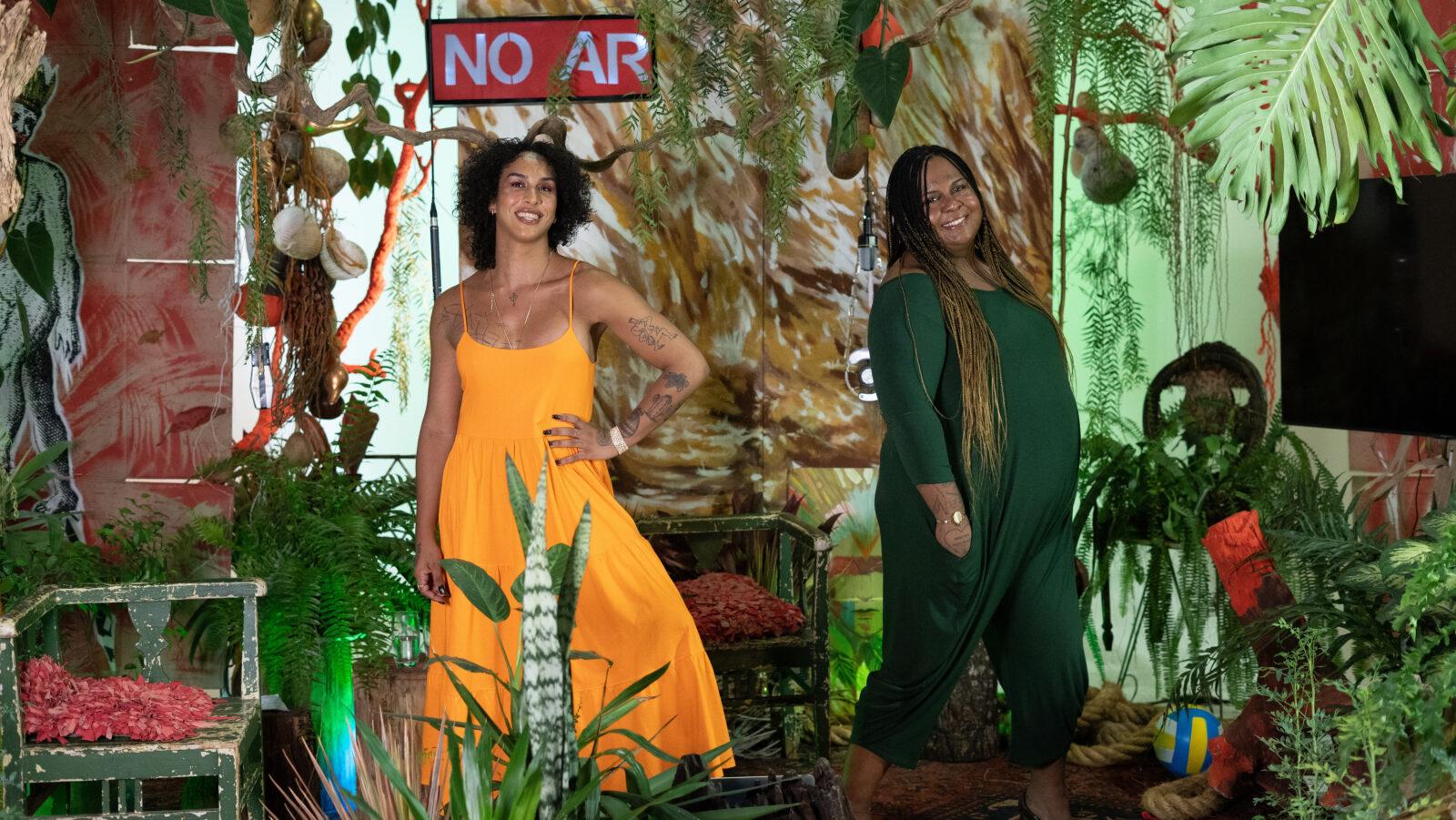 """Linn da Quebrada e Jup do Bairro no novo cenário da 3ª temporada do programa """"TransMissão"""" do Canal Brasil. (Foto: Divulgação)"""