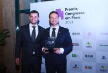 O deputado Israel Batista com o namorado Geovane Resende durante premiação do Congresso em Foco. (Foto: Divulgação)