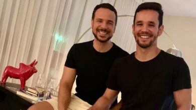 O deputado Israel Batista com o namorado Geovane Resende. (Foto: reprodução/Instagram)