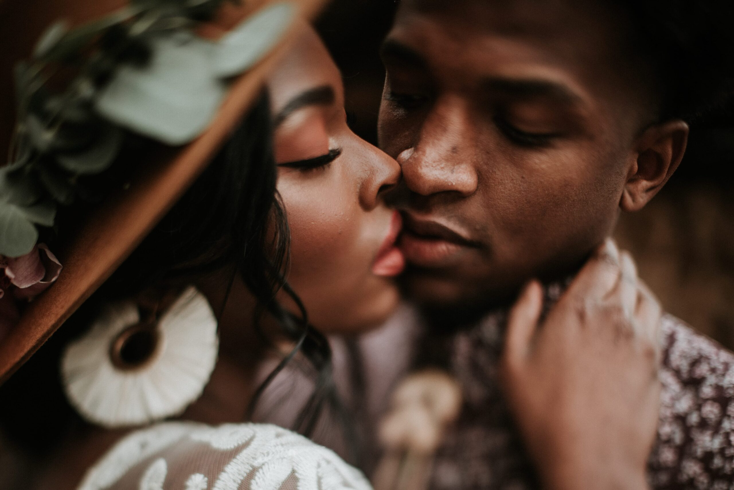 couple kissing strengthen marriage