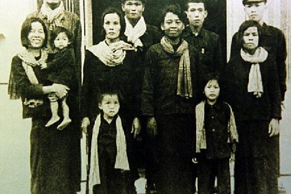 Des cambogiens portant le foulard carroté bleu et blanc