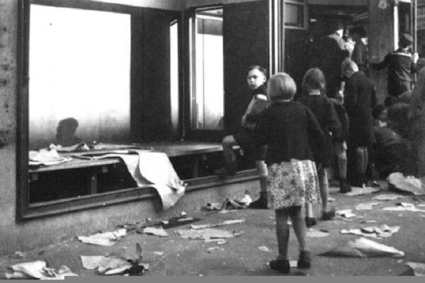 Un commerce juif vandalisé le lendemain de la Nuit de Cristal, 1938.