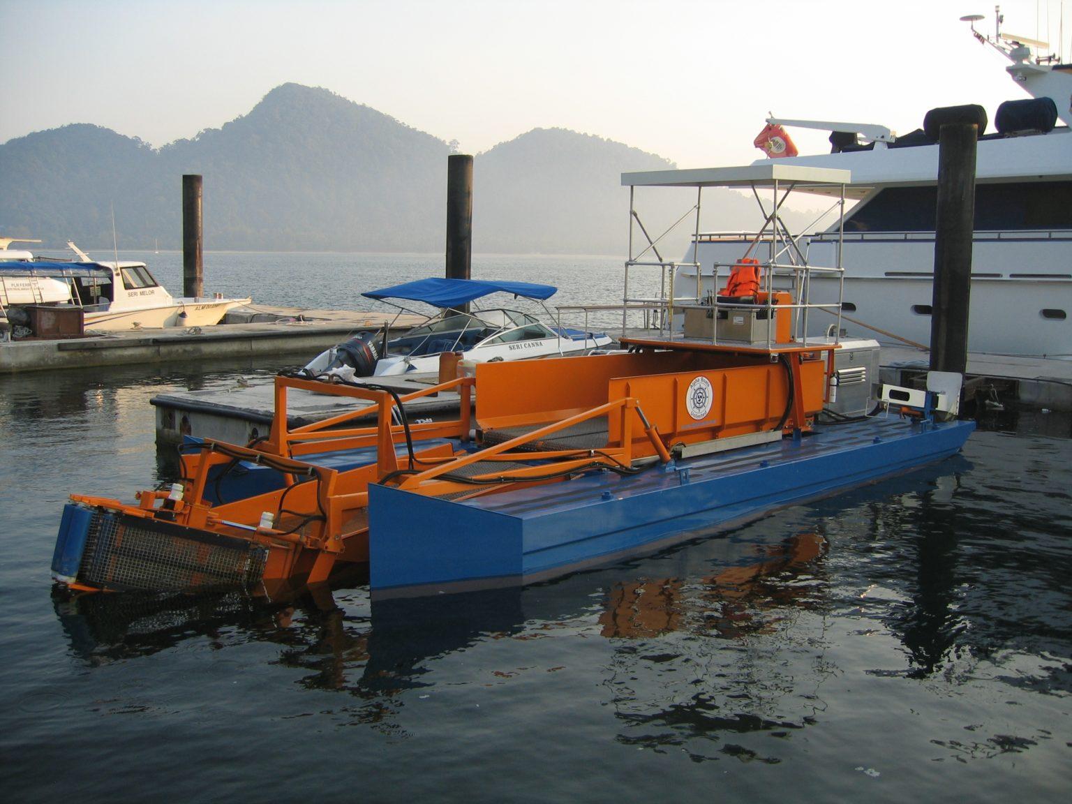 MC 202 Pontoon at dock