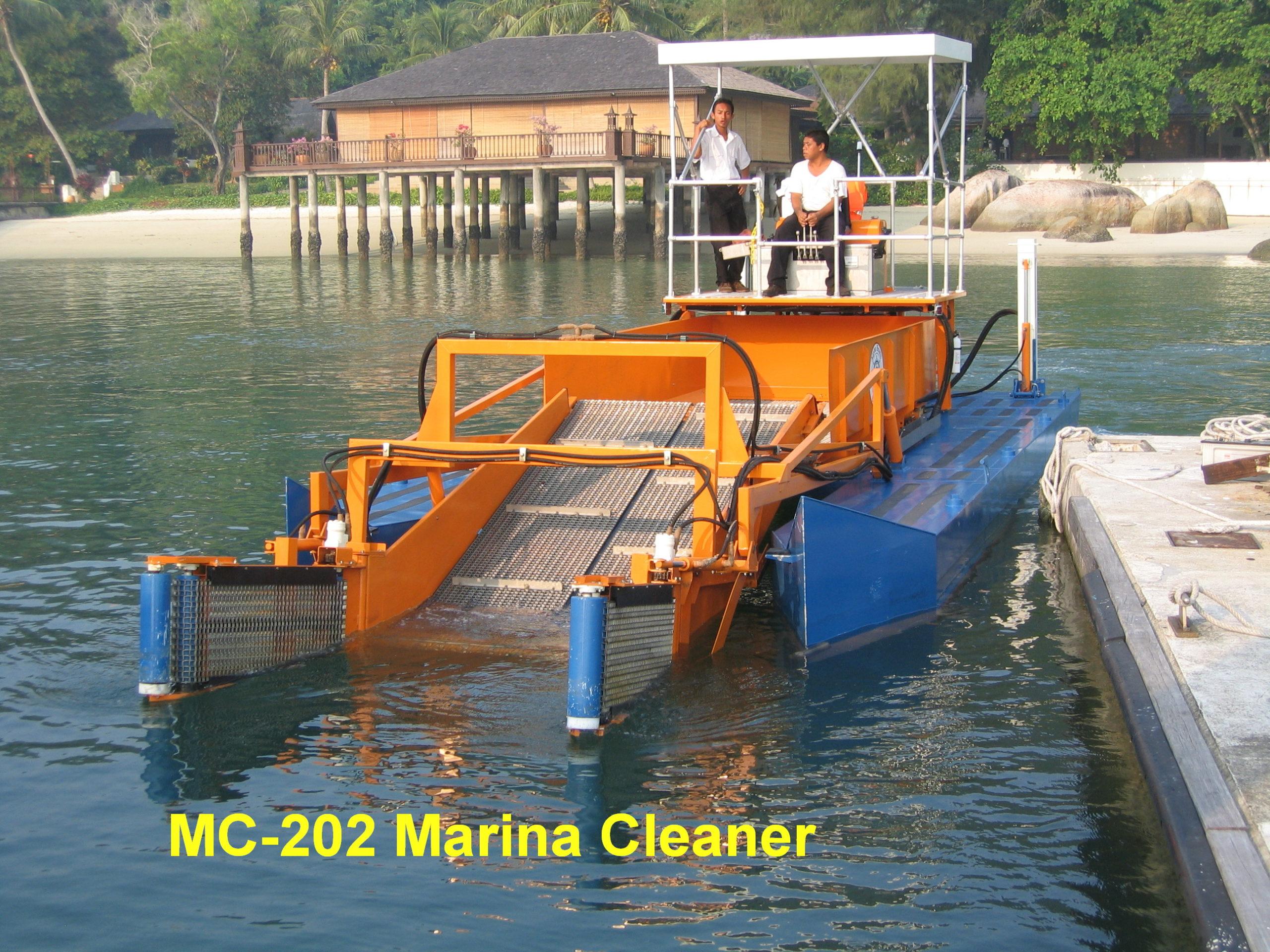 MC 202 Pontoon approaching dock
