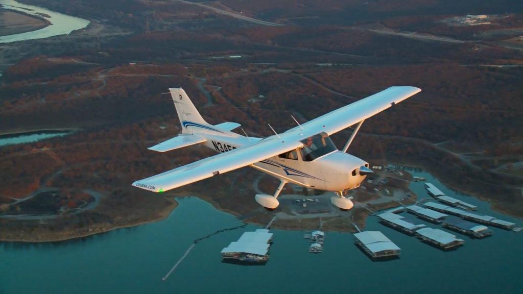 Cessna_172_Skyhawk_in_flight