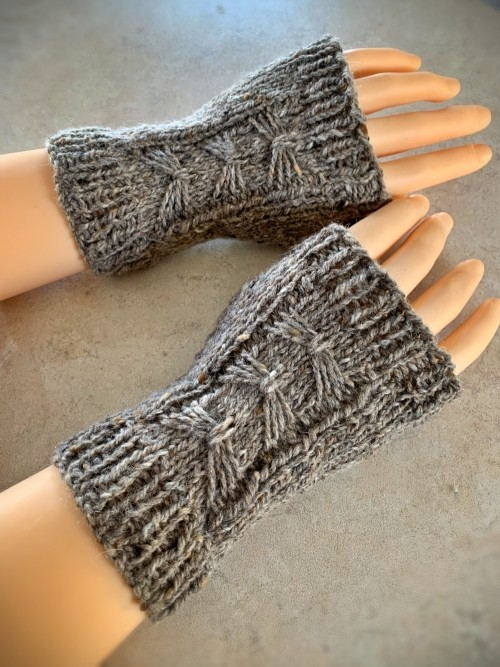 Grey bow fingerless gloves
