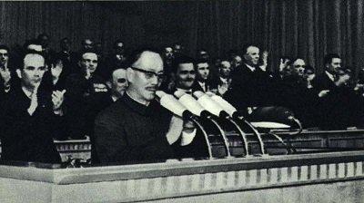"""毛泽东的俄文翻译师哲,在回忆录《峰与谷》中,还披露了康生1940年把活人打成""""反革命"""",然后下令解剖活人。(网络图片)"""