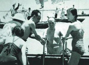 1966年7月,身着泳装的张玉凤陪同毛泽东最后一次游长江青。右一为身穿泳装的张玉凤