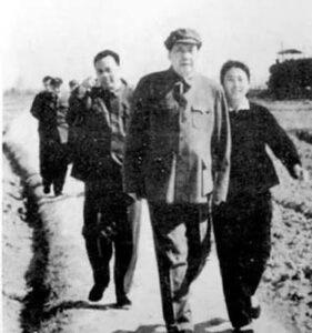 1962年春,毛泽东在江青西向塘机场(左一为张耀祠右一为张玉凤)