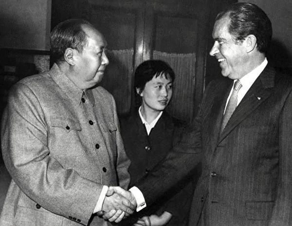 1972年毛泽东在人民大会堂会见美国总统尼克松,毛泽东的左手紧握张玉凤