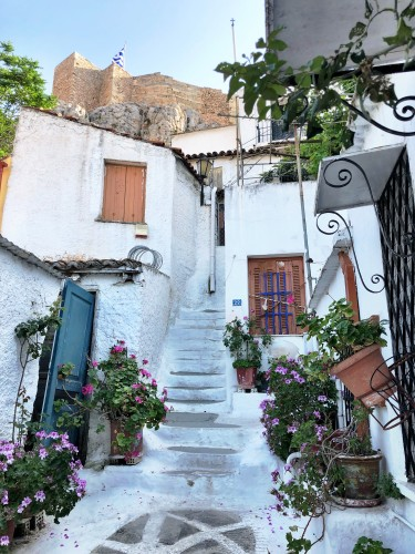 Anafiotika neighborhood in Athens' Plaka, its whitewashed homes evoke the islands.. so pretty!