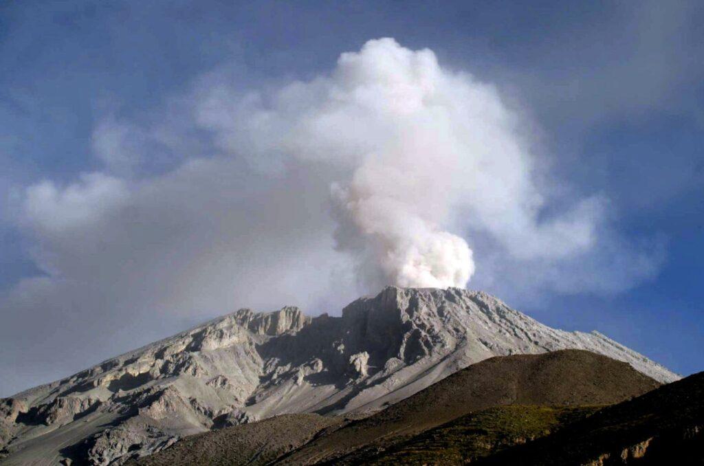 Volcán Ubinas provoca evacuación masiva en el sur del Perú