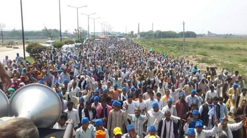 80,000 people are walking to Delhi