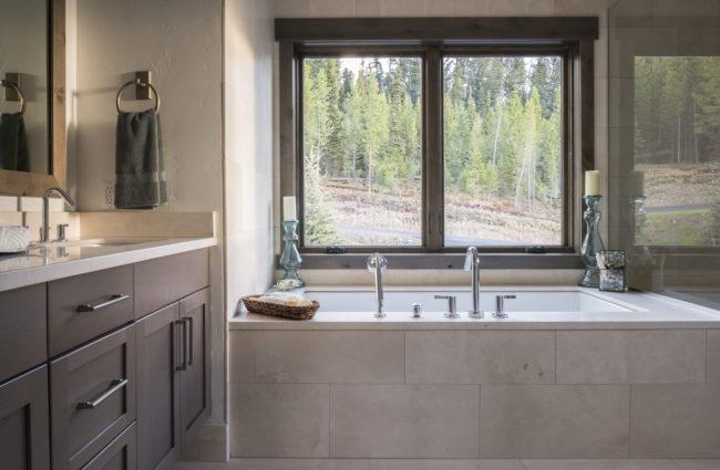 Lower Floor Bathroom - Garden Tub