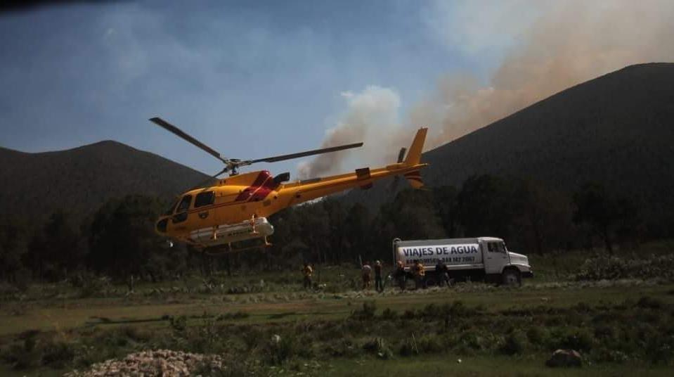 70 PERSONAS LABORAN EN EL INCENDIO FORESTAL DE GALEANA Y UN HELICOPTERO.