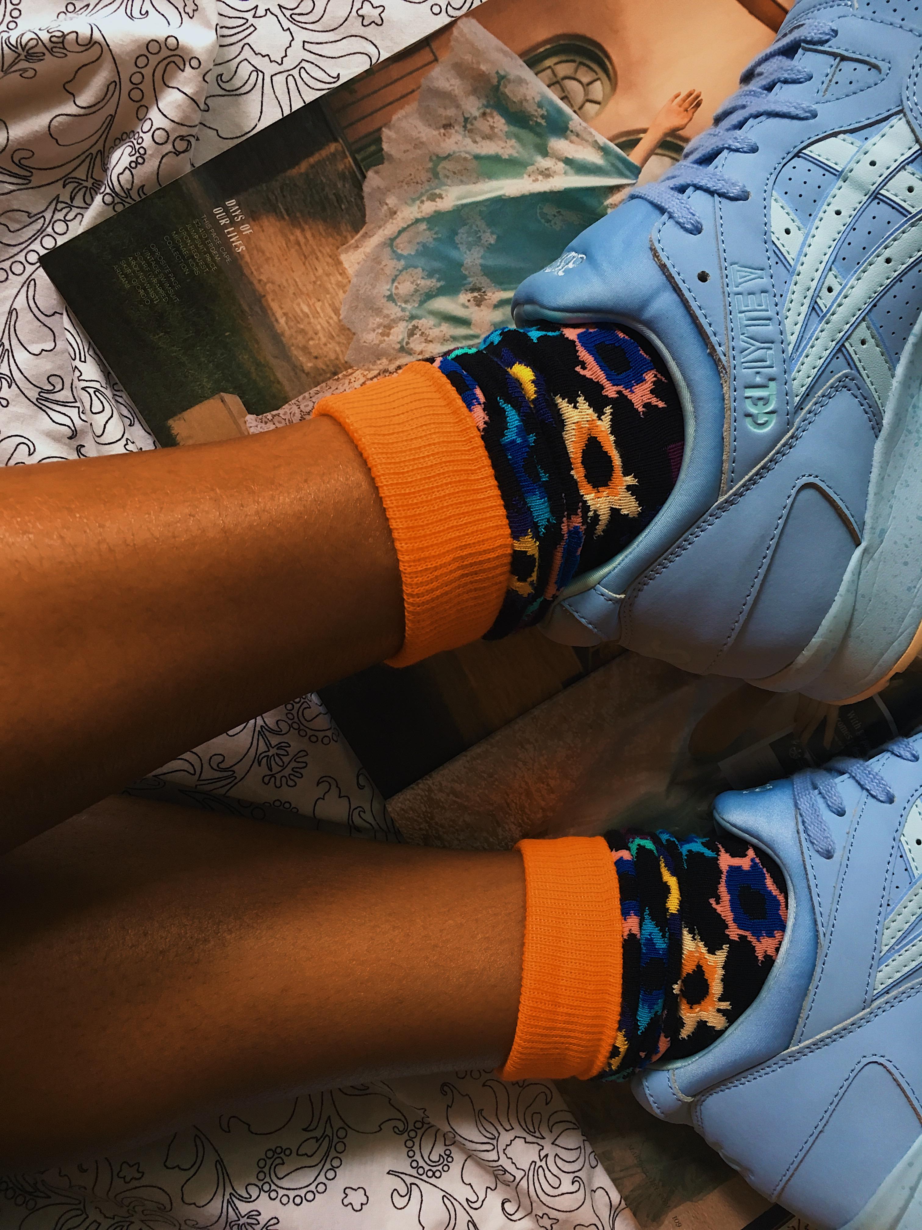 happy socks-colorful socks-asics tiger-gel lyte v-wear who you are-blue sneakers-lcm-printed socks