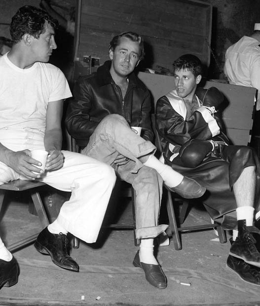 Alan Ladd visits boxing set of Martin and Lewis in Sailor Beware.