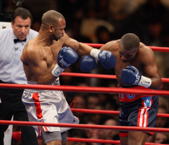 Felix Trinidad of Puerto Rico (L) fights Roy Jones Jr. of the US 19 January, 2008 during their light heavyweight fight at Madison Square Garden in New York.