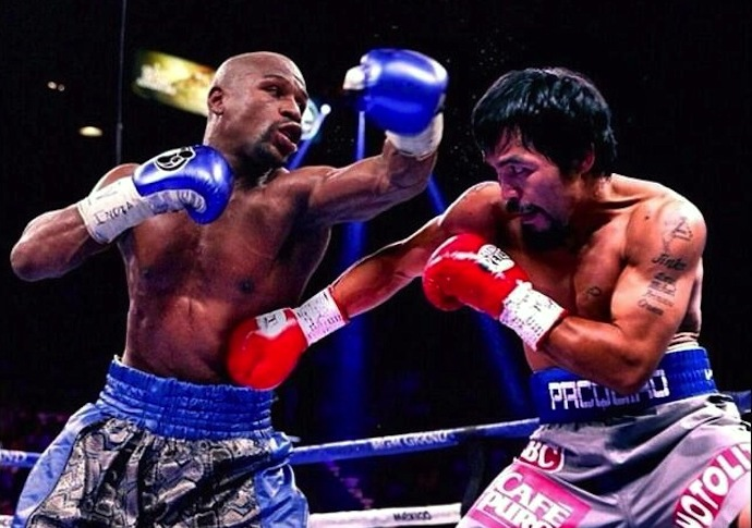 Floyd Mayweather Jr. (L) battles Manny Pacquiao-in 2015