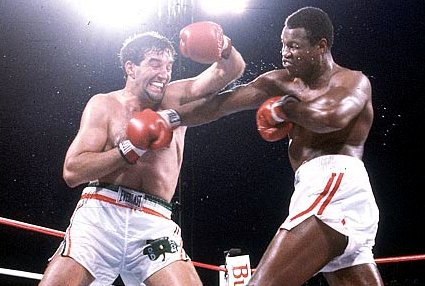 Boxing: Heavyweight Title: Holmes TKO's Cooney in 13th Round Las Vegas, NV. 06/11/82 Larry Holmes v. Gerry Cooney Credit: John Iacono SetNumber: X27026 TK1