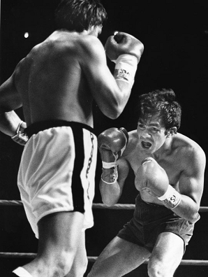 Roberto Duran (L) going in for the kill against former welterweight champion Pipino Cuevas (R) in 1983