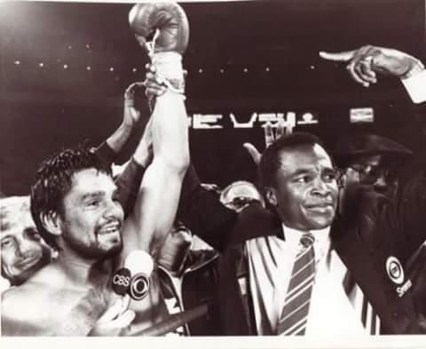 Sugar Ray Leonard congratulating his old foe after the bout.