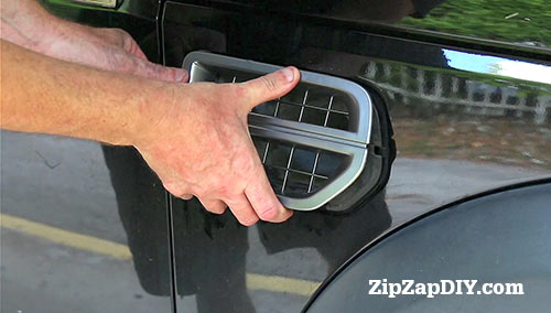 How to Remove the Side Vent Grill on an LR3