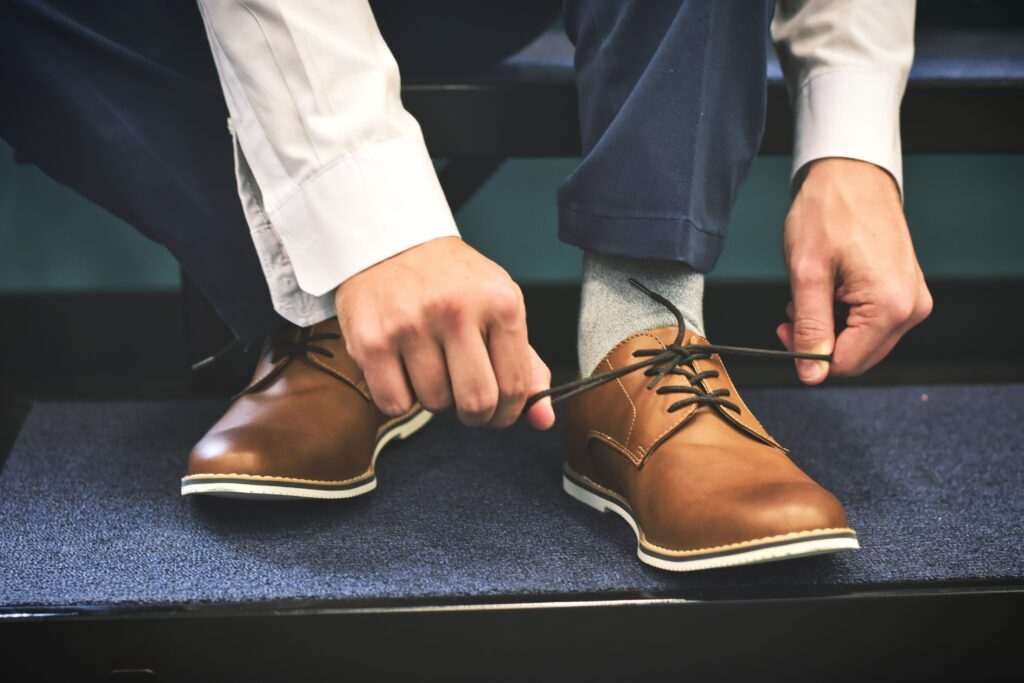 tying shoe laces - the story of the shoemaker