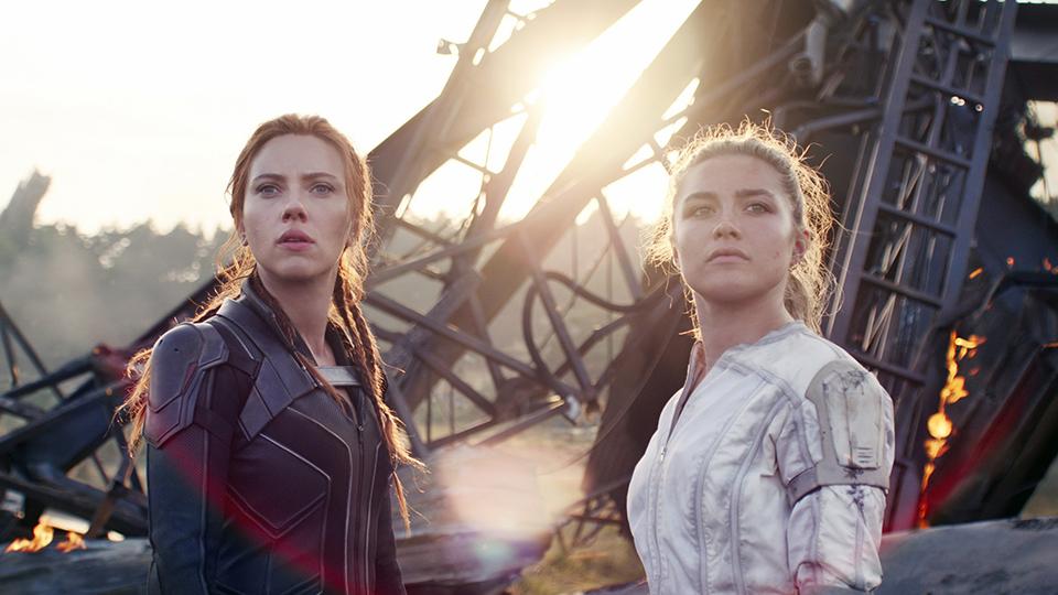 BLACK WIDOW, from left: Scarlett Johansson, as Natasha Romanoff, Florence Pugh, 2021.  © Walt Disney Studios Motion Pictures / © Marvel Studios / Courtesy Everett Collection