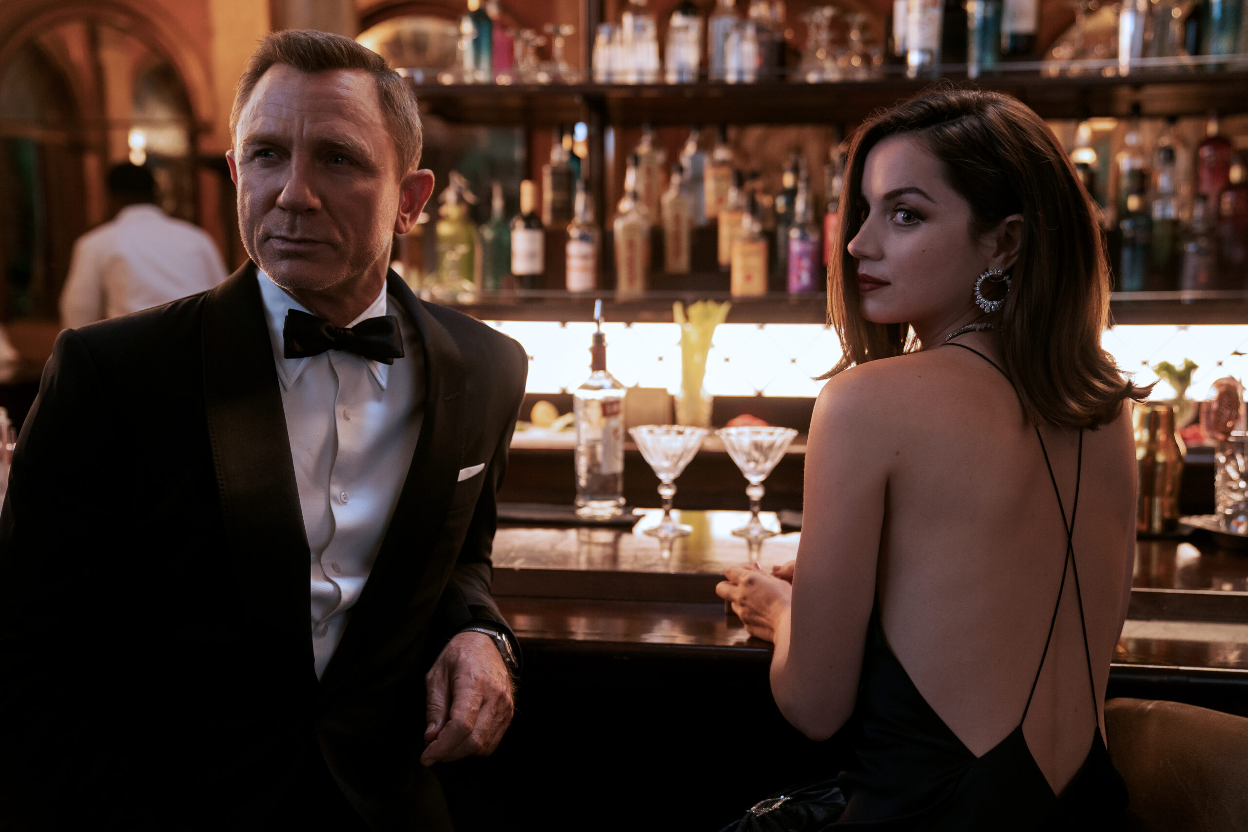 B25_39456_RC2 James Bond (Daniel Craig) and Paloma (Ana de Armas) in NO TIME TO DIE,  an EON Productions and Metro-Goldwyn-Mayer Studios film Credit: Nicola Dove © 2020 DANJAQ, LLC AND MGM.  ALL RIGHTS RESERVED.