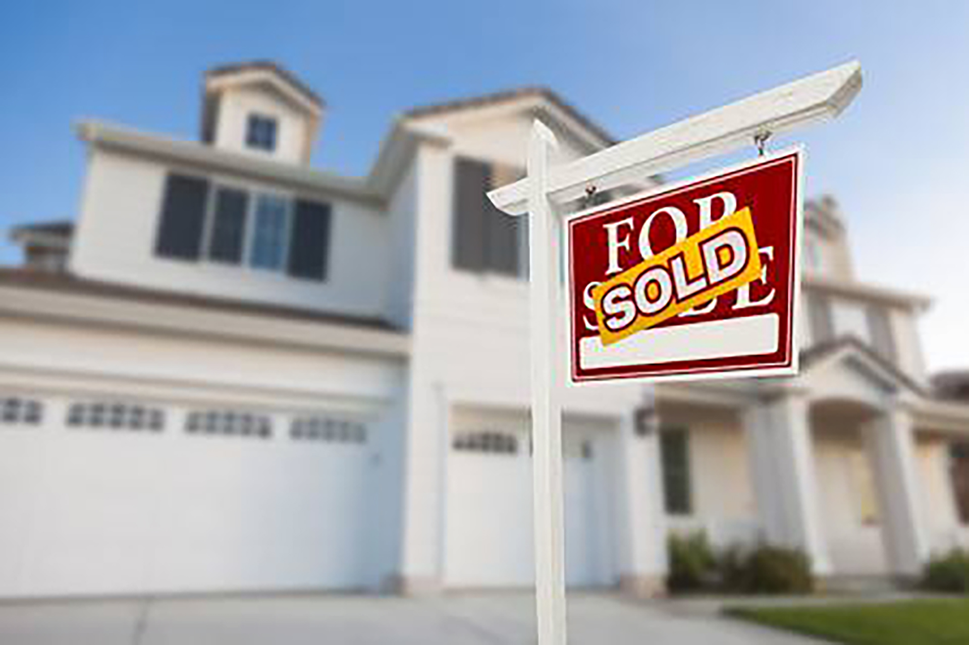 42930187-sold-home-for-sale-real-estate-sign-in-front-of-beautiful-new-house-