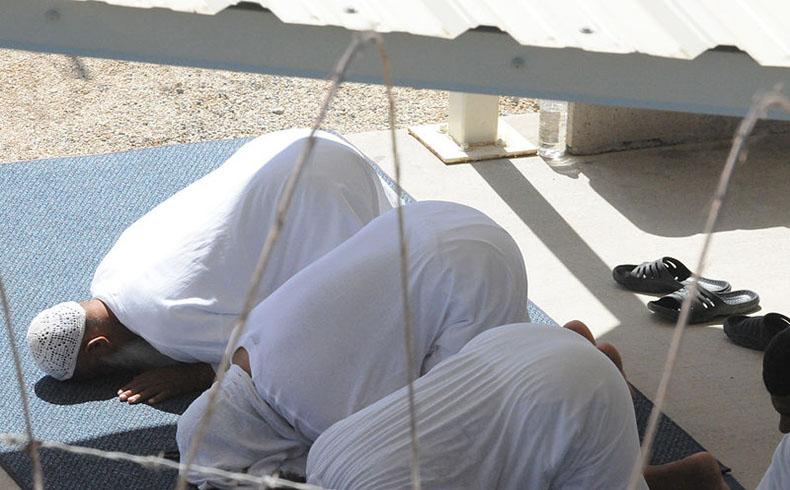 Los prisioneros en el campo de detención de Guantánamo durante la oración