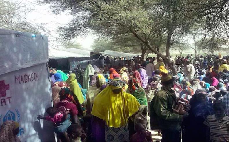 Miles de refugiados huyen de los ataques de los insurgentes en el noreste de Nigeria