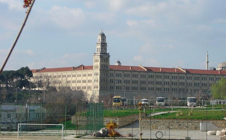 El cuartel de Selimiye, también conocido como cuartel de Scutari (en turco Selimiye Kışlası) es un cuartel del ejército turco situado en Üsküdar, un distrito de la el distrito de la zona asiática de Estambul, Turquía