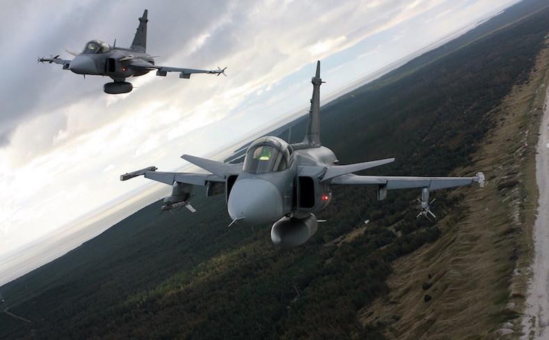 Aviones de combate (JAS 39 Gripen) de la OTAN que vuelan sobre el Istmo de Curlandia en 2012. (Fuente de foto: Wikimedia Commons)