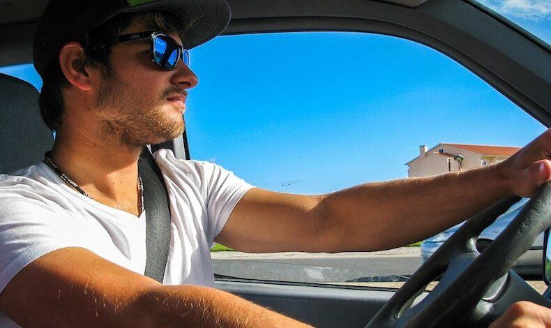 ¿Los jóvenes pagan más por sus seguros de coche?