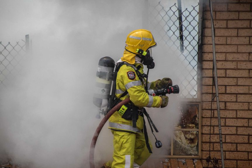 Firefighters at a house fire in Kalgoorlie-Boulder.(ABC Goldfields-Esperance: Jarrod Lucas)